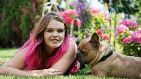 Hunderassen Franzoesische Bulldogge Braun Frau Rote Haare Tierpuls